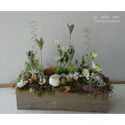 Zöld, fehér selyemvirágból készült asztali dekoráció, fa ládában száraz virággal, termésekkel.