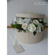 Egyedi díszítésű kerek virágbox minőségi selyemvirágokkal beige színben