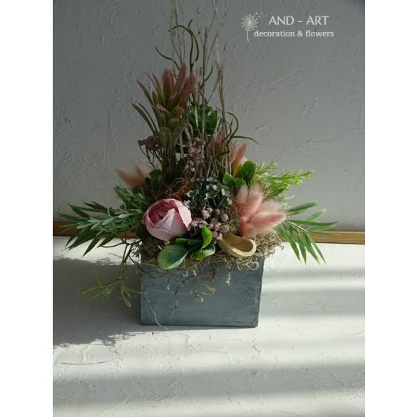 Summer wooden box decoration with concrete effect