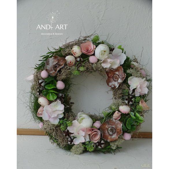 Rózsaszín selyem virágokkal és termésekkel díszített egyedi készítésű fa láda