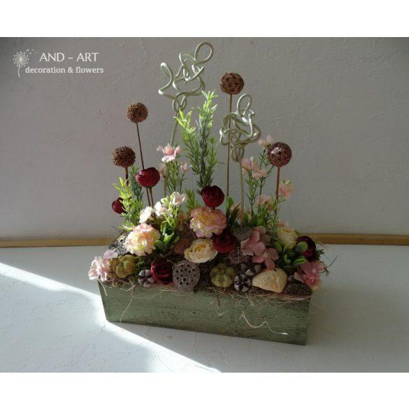 Zöldes rusztikus fa ládába selyemvirág és száraz virág kompozíció.