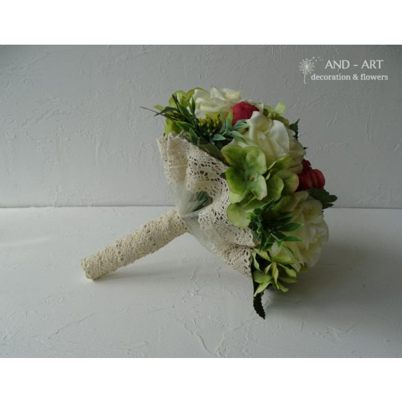 Menyasszonyi csokor pasztell színű selyemvirágokból.
