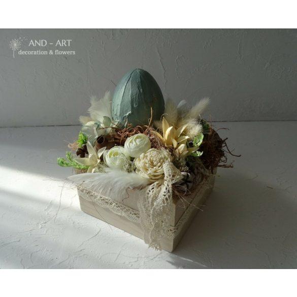 Kerámia hatású tojással és selyemvirágokkal terméssel díszített kézi festésű láda.