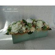 Egyedi készítésű country zöld árnyalatú asztaldísz- tartós virágokból