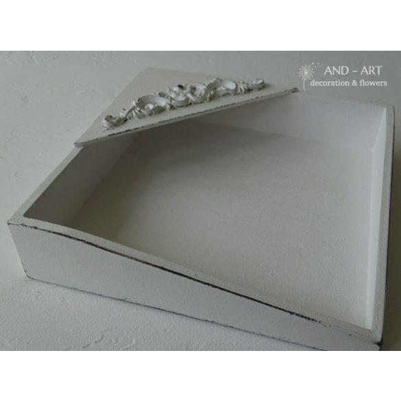 Fehér színű négyzet alakú, 3 d mintával készült egyedi vintage szalvétatartó fából.