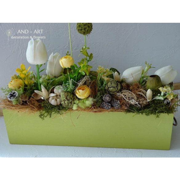 Egyedi készítésű fa ládában üde tavaszi selyemvirág kompozíció.