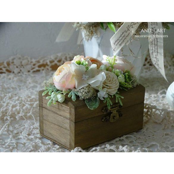 Romantikus gyűrűtartó virágdíszítéssel.