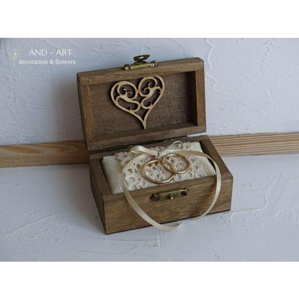 Romantikus gyűrű tartó-esküvői kiegészítő.