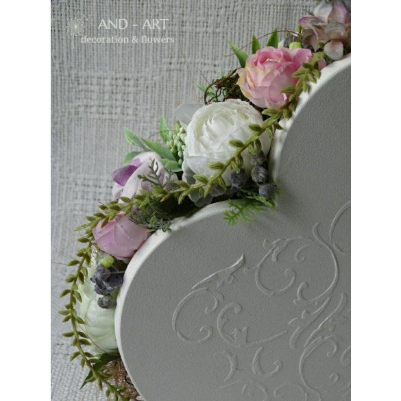 Romantikus szív formájú különleges asztali dekoráció minőségi lilás árnyalatú selyemvirágokkal