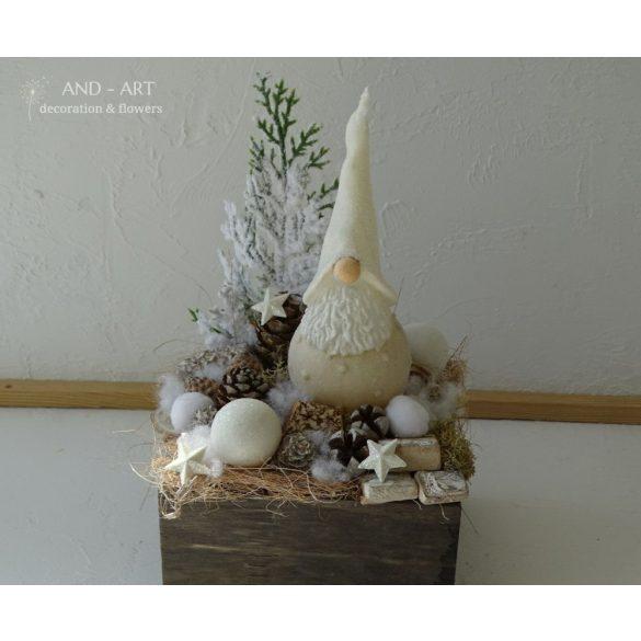 Barna pácolt fa ládába manó gyertyás karácsonyi dekoráció.