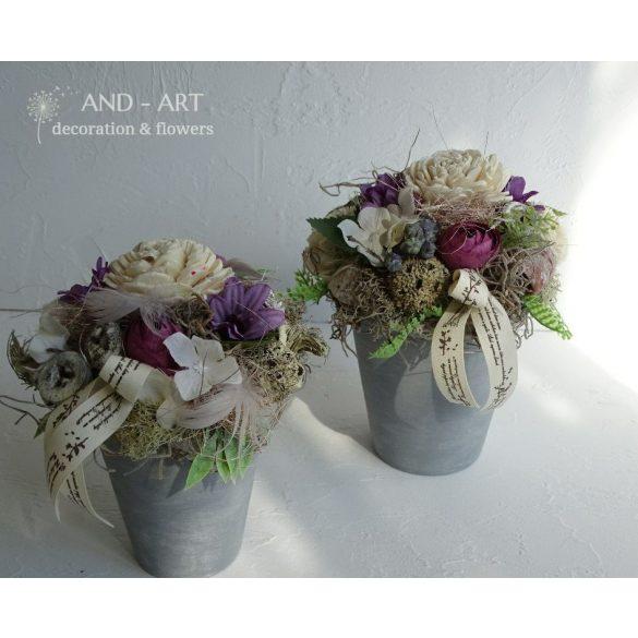 Szürke kerámiában lila árnyalatú selyemvirág és termések