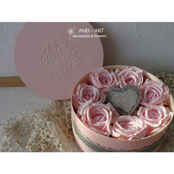 Anyák napi ajándék élethű rózsákkal, egyedi dobozban.