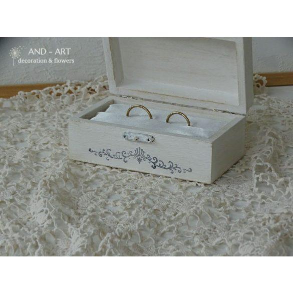 Fa festett gyűrűtartó ládika esküvőre.