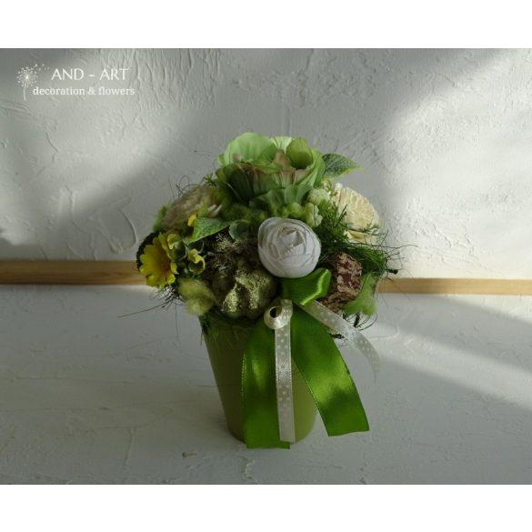 Zöld kerámia selyemvirággal és termésekkel díszítve.