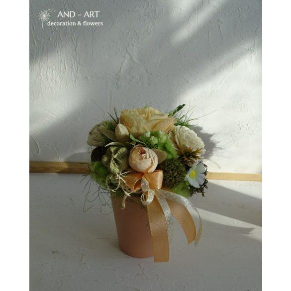Barackszínű kerámiában hasonló színvilágú tavaszi dekoráció.